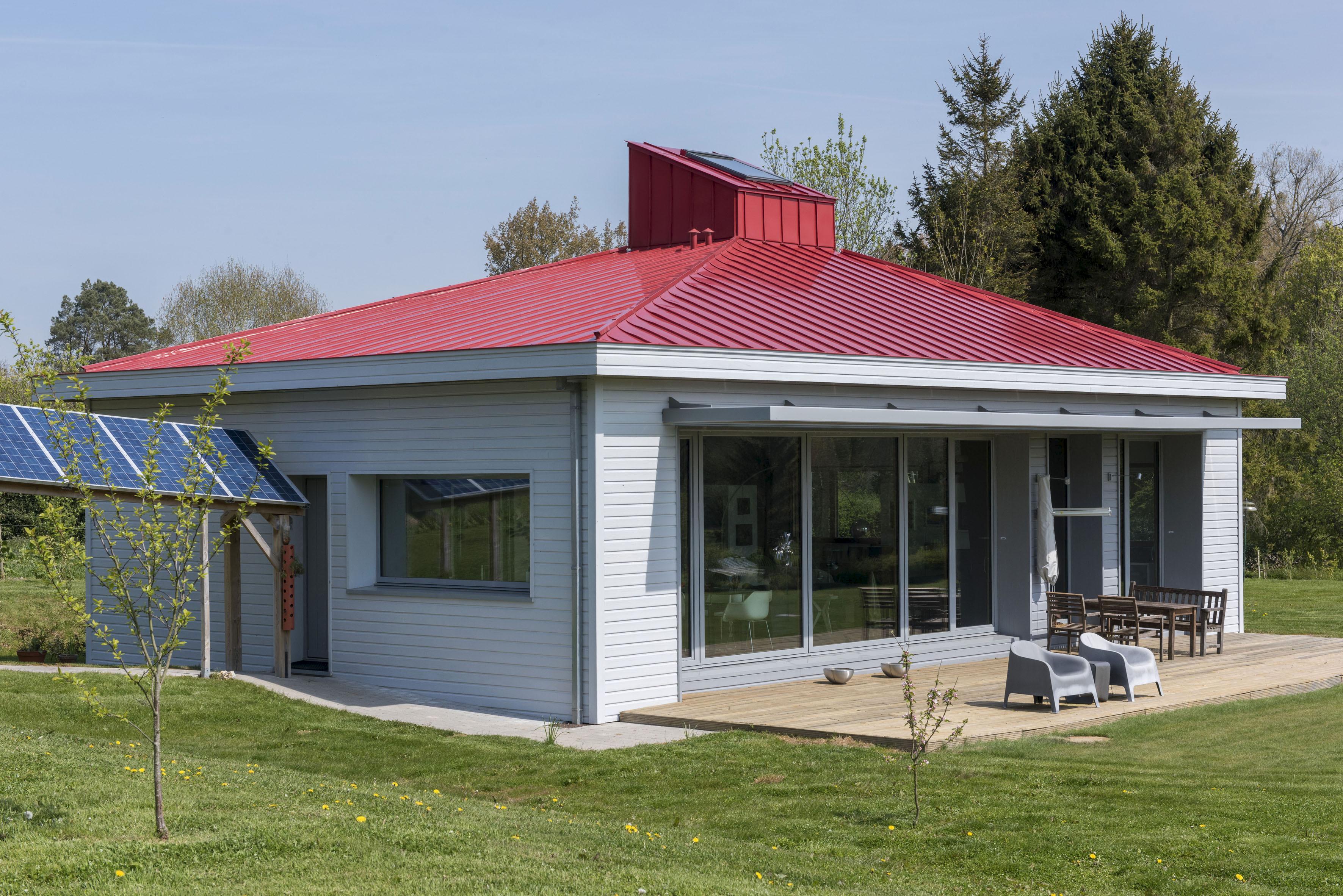 le zinc titane rheinzink color line rouge brique pour habiller aux couleurs locales le toit de la premire maison passive du nord pas de calais picardie